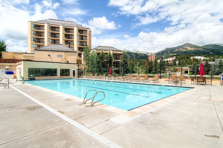 Downtown studio close to skiing w/ shared outdoor hot tub and pool!
