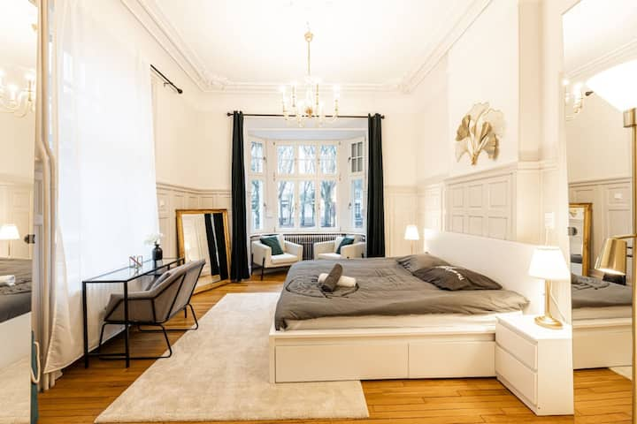 Bright Beautiful Luxurious 1 BR Suite Apartment