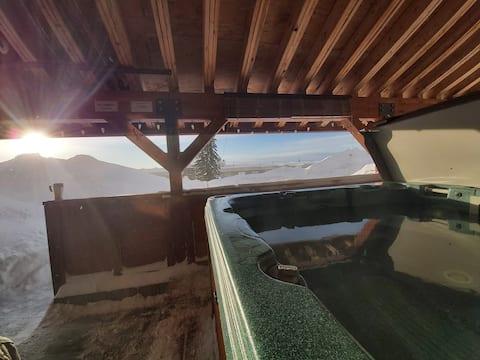 Private hot tub, cozy ski-in ski-out condo