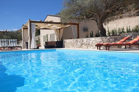 Modern New 3 bedroom Villa with shared Pool - Modica