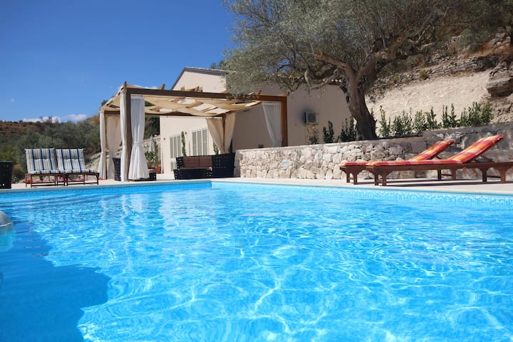 Modern New 3 bedroom Villa with shared Pool