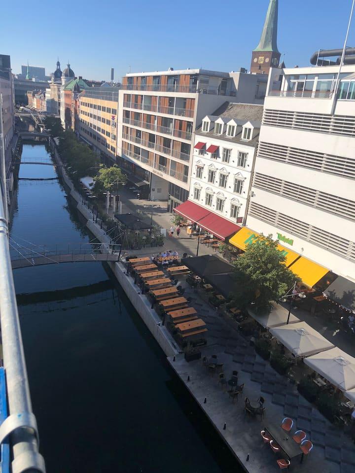 Hel lejlighed beliggende lige ud til åen i Aarhus