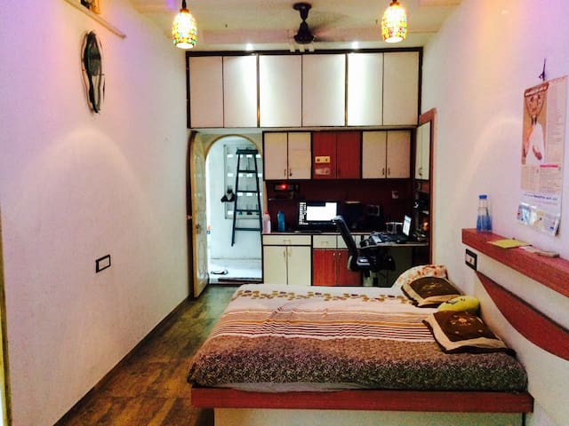 A Big AC room with Small balcony - Ahmedabad - Hus