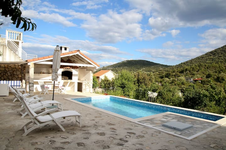 Beautiful villa with Pool 10% off Early Bookings