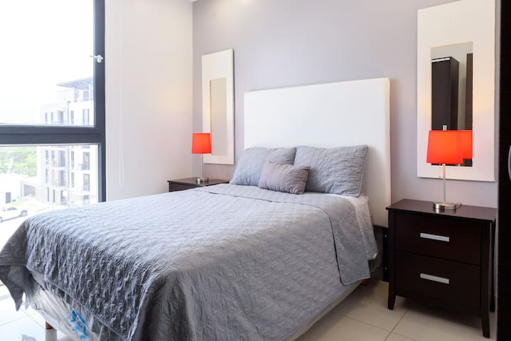 Habitación secundaria totalmente equipada, cómoda cama queen y con excelente vista.  The secondary bedroom is fully equipped with, comfortable queen-size bed, and an excellent view.