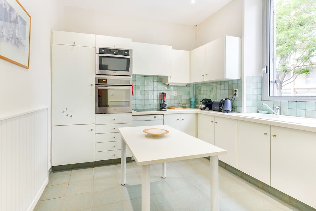 Equipped kitchen with a lot of luminosity and a view on the garden