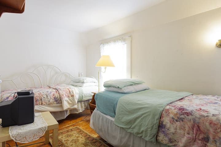 Third Floor Walkup Private Room With Two Twin Beds - Acton
