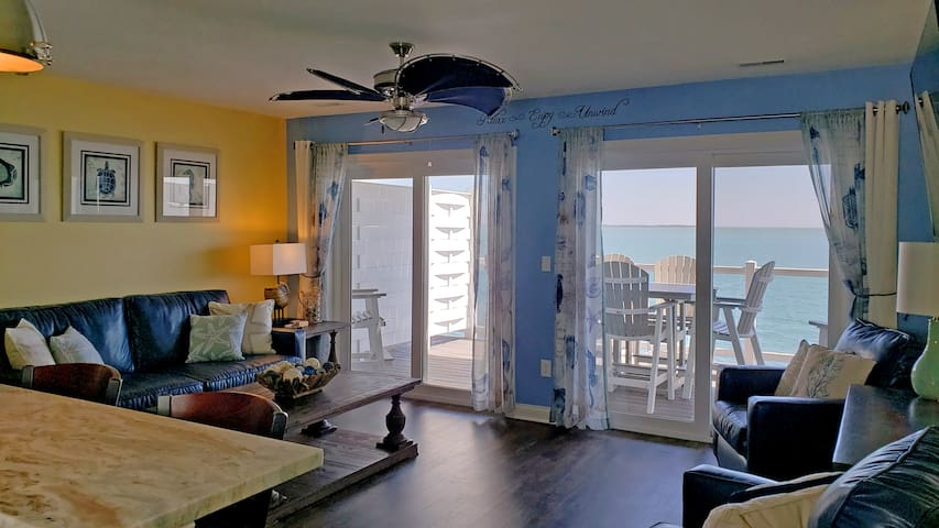 New Beautiful Waterfront Put-in-Bay Condo 2 Lakeside Decks 4BR 3BA -12ppl max - Put-in-Bay Waterfront Condo #207