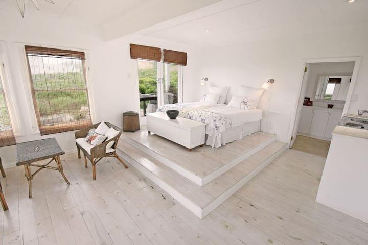 Bedroom 4 (cottage, ground floor) with kitchenette.