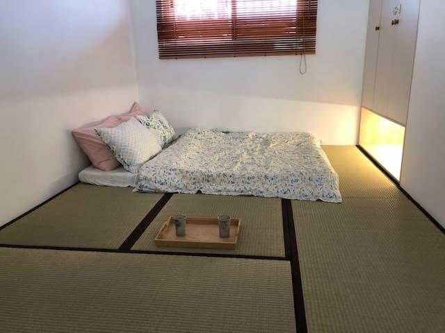 和室塌塌米上鋪有床墊,空間大舒適寧靜