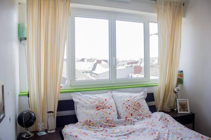 Chambre privée : lumineuse, un lit pour deux, ce à quoi pour ranger ou ses affaires et un petit bureau avec des gardiens :  M Toucan et M Renard