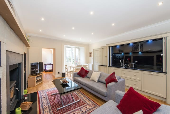 York Place 3 Bedroom Apartment with Parking