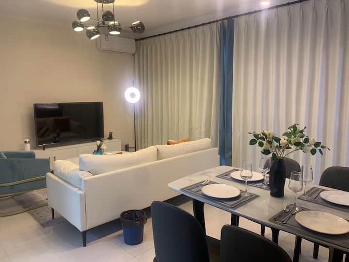 中海花湾壹号 豪华装修三房。 可长租可短租。拎包入住。 随时可看