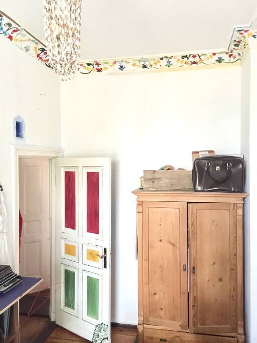 Lamp, room Door and big empty wardrobe (I probably left some clothes hanging). Left storage room for work and a vinyl player and a typing mahine, pay attention to the important stuff.