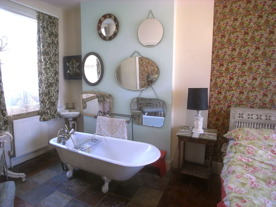 Freestanding cast iron bath, collection of mirrors