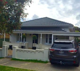 Grand home, close to amenities, 11km Sydney CBD - Rockdale - Huis