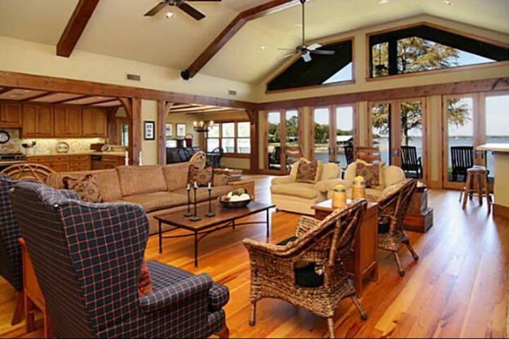 Private Luxury Lake Retreat - Cedar Creek Lake, TX