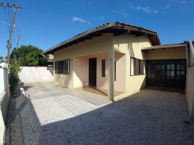 Ampla casa entre Perequê e Meia Praia, 400m