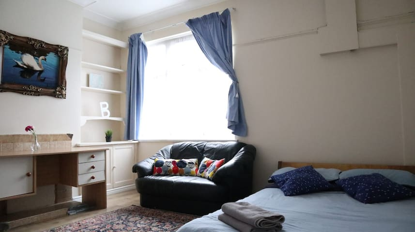 Large double bedroom close to stadium and shops