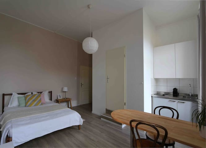 Cozy Studio flat opposite train station, w/parking