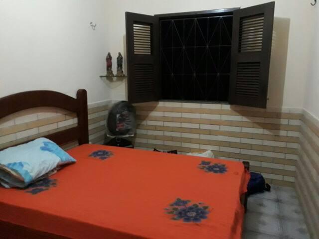 Suite 2 - reversível, com 01 ventilador, cama de solteiro com rodinhas colocada em baixo da cama de casal