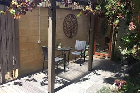 Private entrance BnB by the sea - Torquay - Aamiaismajoitus