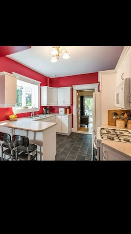 Bright room in a cozy century home - Peterborough - บ้าน