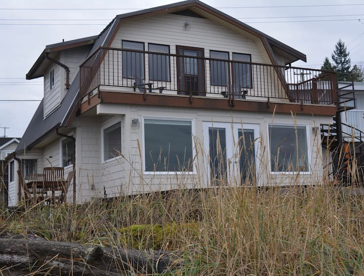 3-BR Beach House on waterfront. Perfect for family