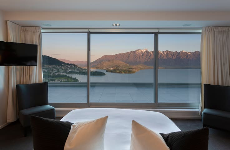 ★Stunning Views★ a magical and modern alpine getaway, with amazing lake and mountain views. Experience luxury and local cuisine, with only a 3 minute drive to the city.