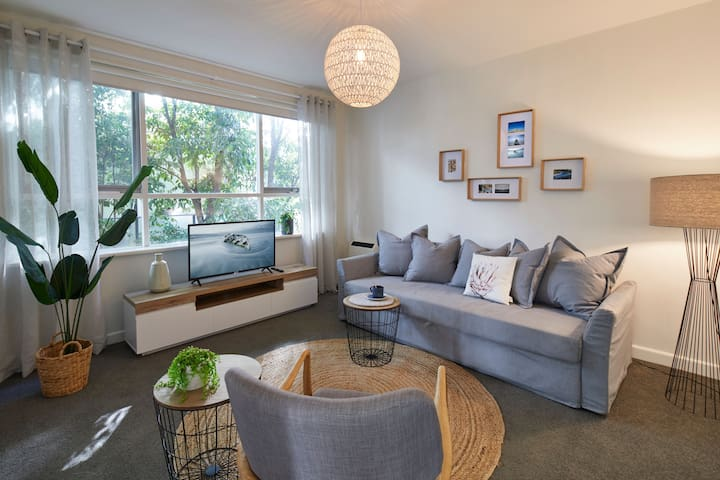 1 Bedroom Apt With Parking Stroll to Elwood Beach