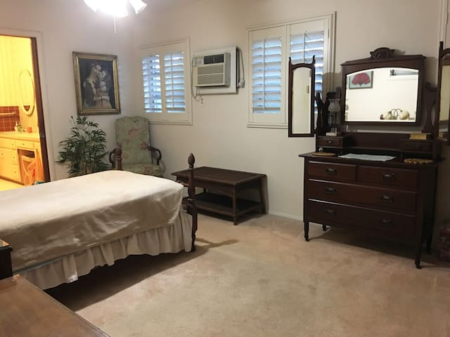 Close to UM/Comfortable Bedroom with Private Bath