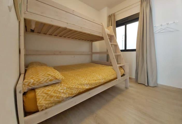 Slaapkamer 2 is ruim 8 m2 en heeft een stapelbed met 3 slaapplekken. 140 x 200 cm beneden en via een trapje 90 x 200 cm. Deze kamer is ideaal voor kinderen maar ook goed te gebruiken voor stellen. Op deze kamer kan bijv. ook een babybedje staan.