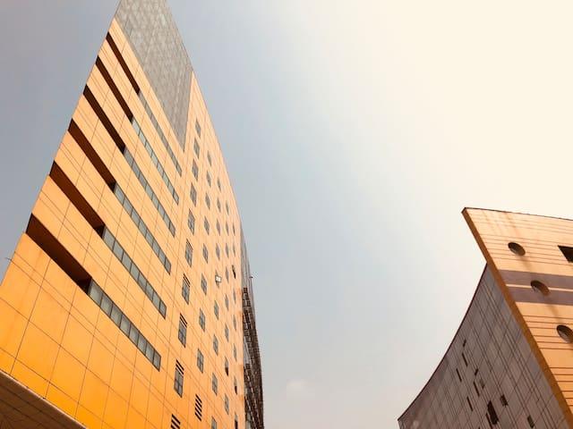距离公寓大约1000米的高新技术管委会