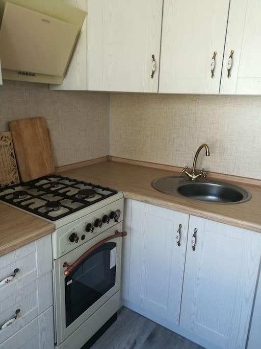 плита, разделочные доски, кухонный кран