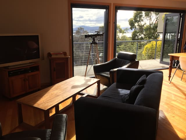 Family home with sweeping views across Hobart - Sandy Bay - Casa