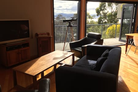 Family home with sweeping views across Hobart - Sandy Bay - Hus