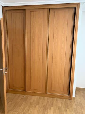 Amplio armario en la habitación