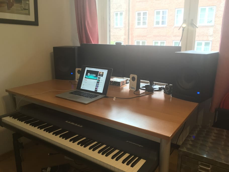 Desk with a very nice Speaker system and a MIDI Keyboard. Just plug in you laptop and go!