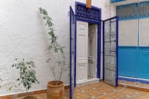 Entrée principal du riad donnant sur un agréable patio intérieur. Loin du bruit des ruelles de la médina.