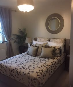 Home away from home - stylish en suite room - Worcestershire - Rumah