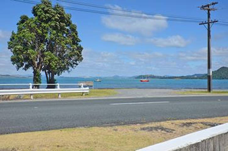 Becki's beachside bach, million dollar views - Whangarei Heads