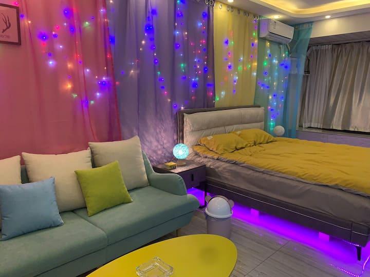 国购公寓浪漫温馨大床房70寸大电视自助式入住
