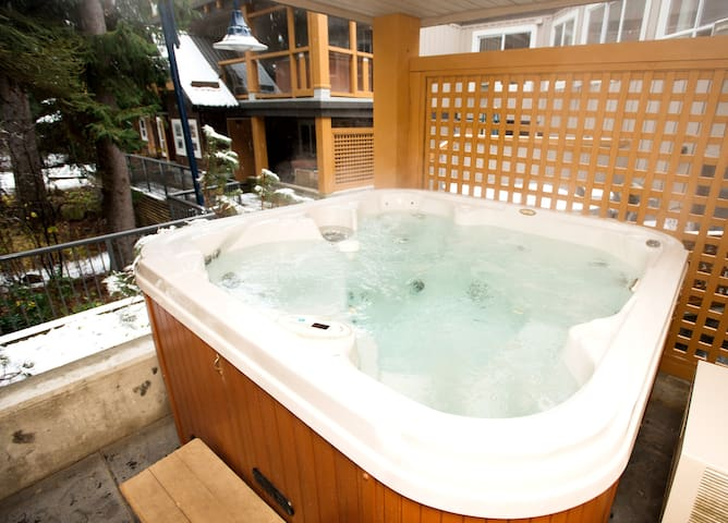 Escape from City with private 2  bdrm/hot tub!