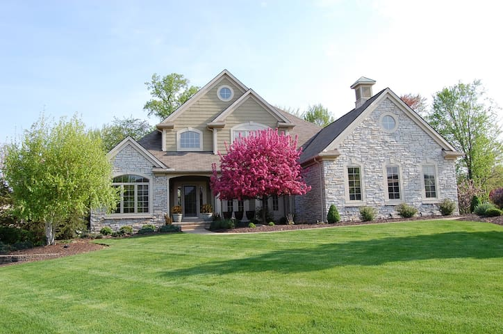 RNC Special - Whole 4 bedroom house - Broadview Heights - Casa