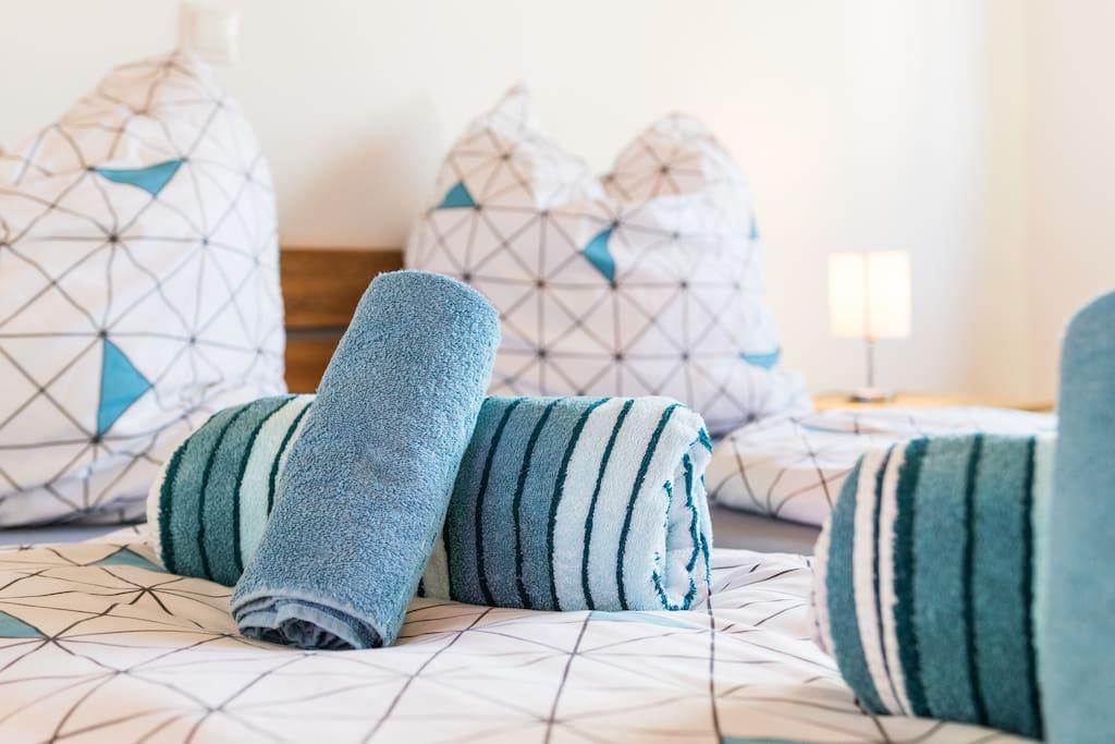 Das Schlafzimmer Altrhein befindet sich im Erdgeschoss und ist mit stilvollen Echtholzmöbeln ausgestattet