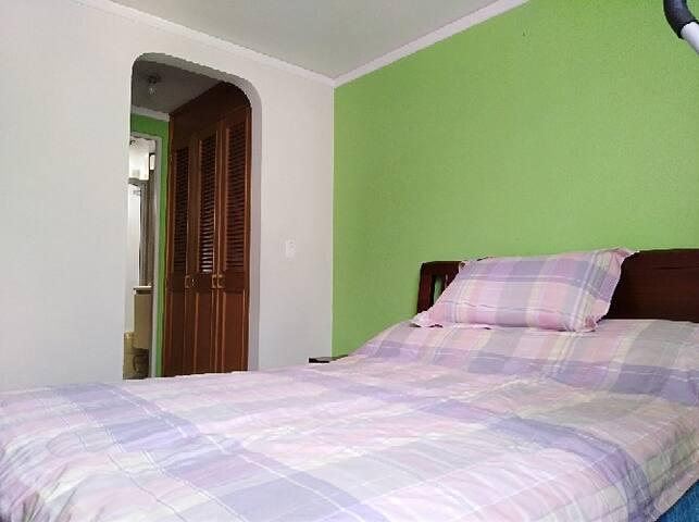 Hermosa y amplia habitación con baño privado