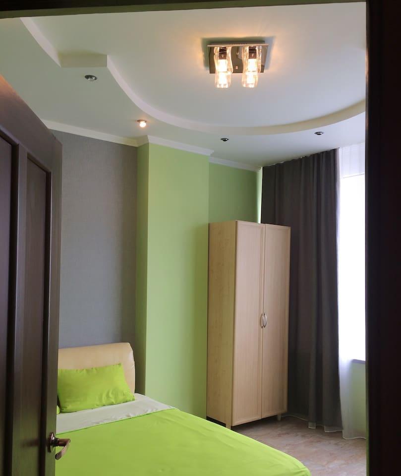 Уютная спальня(1)  с 2х спальной кроватью и видом на море.