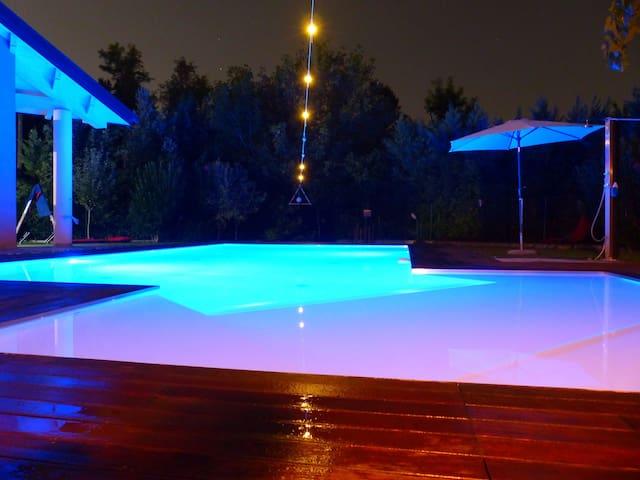 Family apartment arredato, con giardino e piscina.