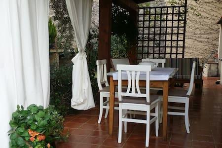 Bilocale con veranda e giardino