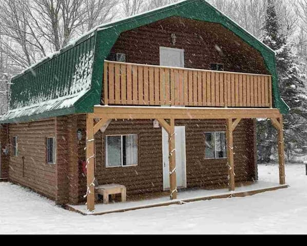 Cozy log cottage one minute from ski hill.